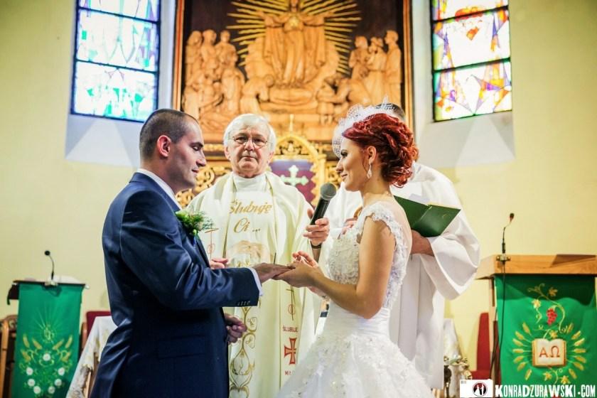 Państwo Młodzi złożyli sobie przysięgę małżeńską | Fotograf Konrad Żurawski