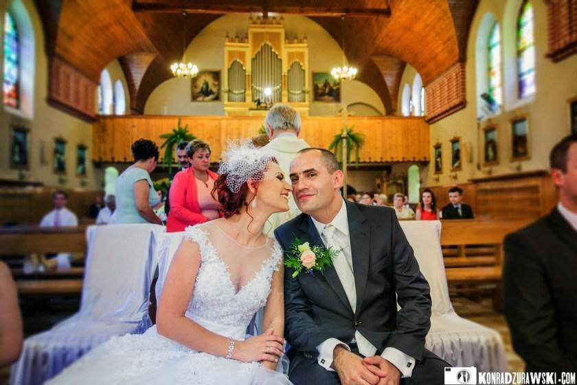 Szczęśliwa Para Młoda po całej ceremonii ślubnej w kościele, w obiektywie fotografa ślubnego - Konrada Żurawskiego