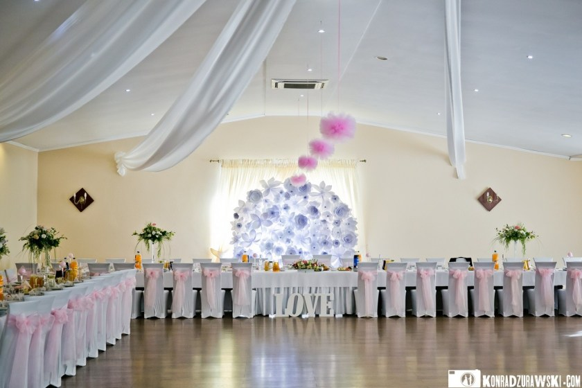 Piękne przystrojona i udekorowana sala weselna czekała na przybycie Młodej Pary oraz Gości weselnych | Fotograf Konrad Żurawski