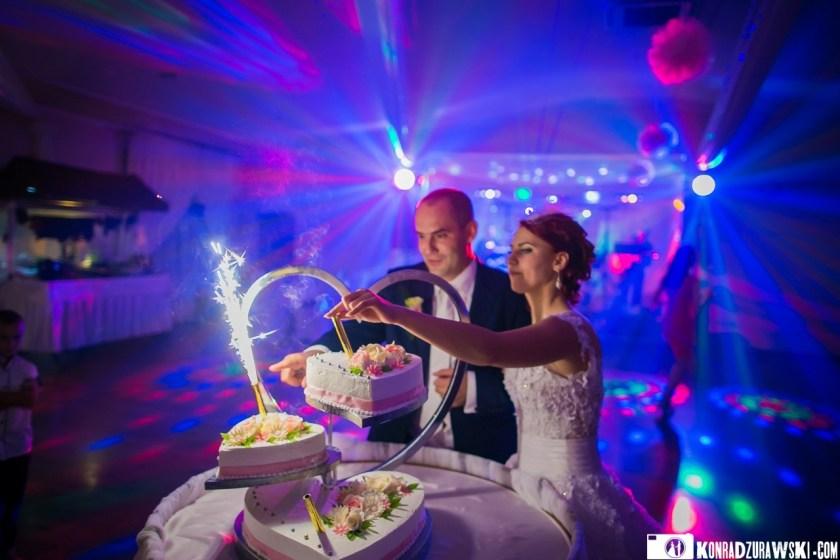 Wspólne krojenie tortu weselnego | Konrad Żurawski