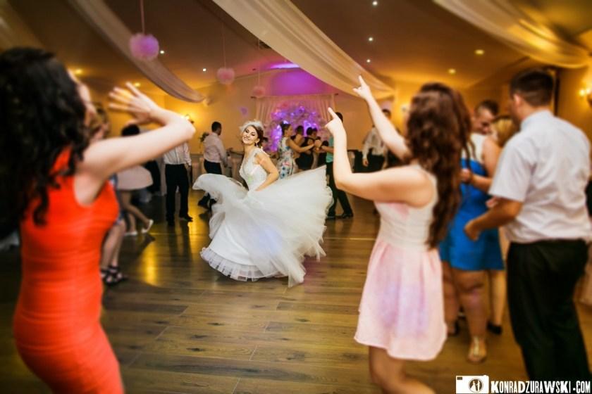 Tańce, hulańce w wykonaniu Panny Młodej oraz Gości weselnych | Zdjęcia Konrad Żurawski