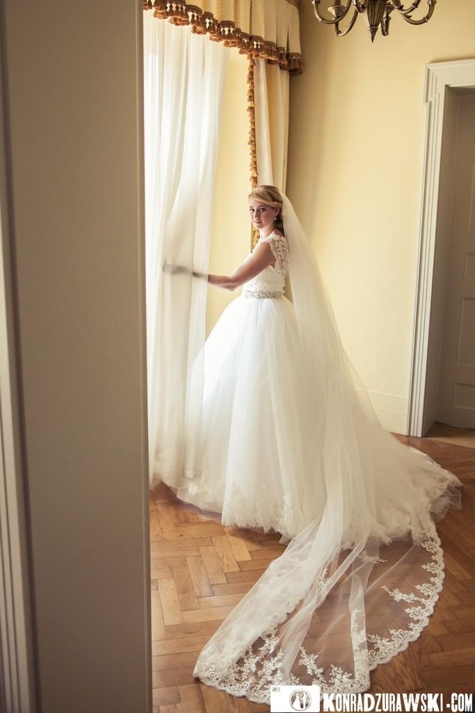 Panna Młoda w całej okazałości - przepiękna suknia z długim welonem   Fotograf Konrad Żurawski
