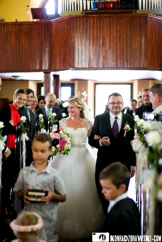 Jednak najpierw ceremonia ślubna w kościele   Fotograf Konrad Żurawski