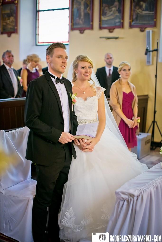 Piękna Para Młoda podczas ceremonii ślubnej w kościele   Konrad Żurawski