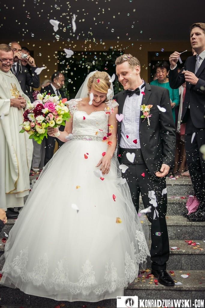 Dekoracjom rzucanym w stronę Nowożeńców nie było końca - Jessi i Alex podczas wyjścia z kościoła   Konrad Żurawski