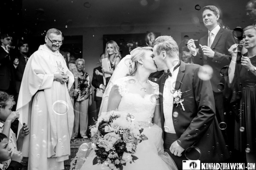 Ostatni pocałunek przed kościołem - Jessi i Alex podczas ślubnych zdjęć   Konrad Żurawski