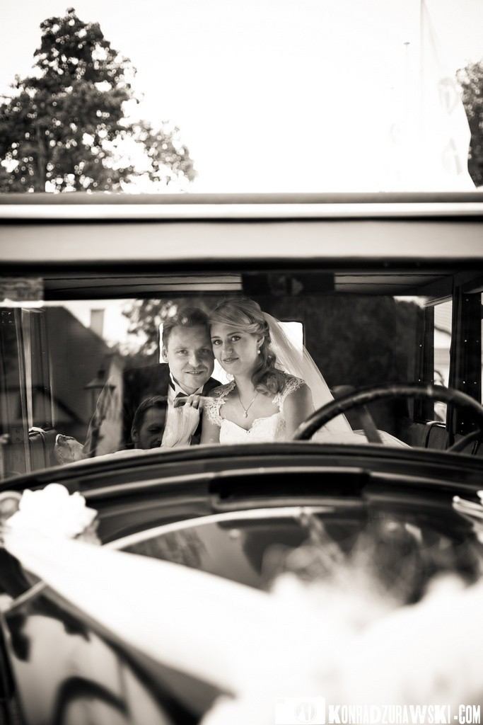 Stylowe czarno-białe zdjęcia w gustownym samochodzie