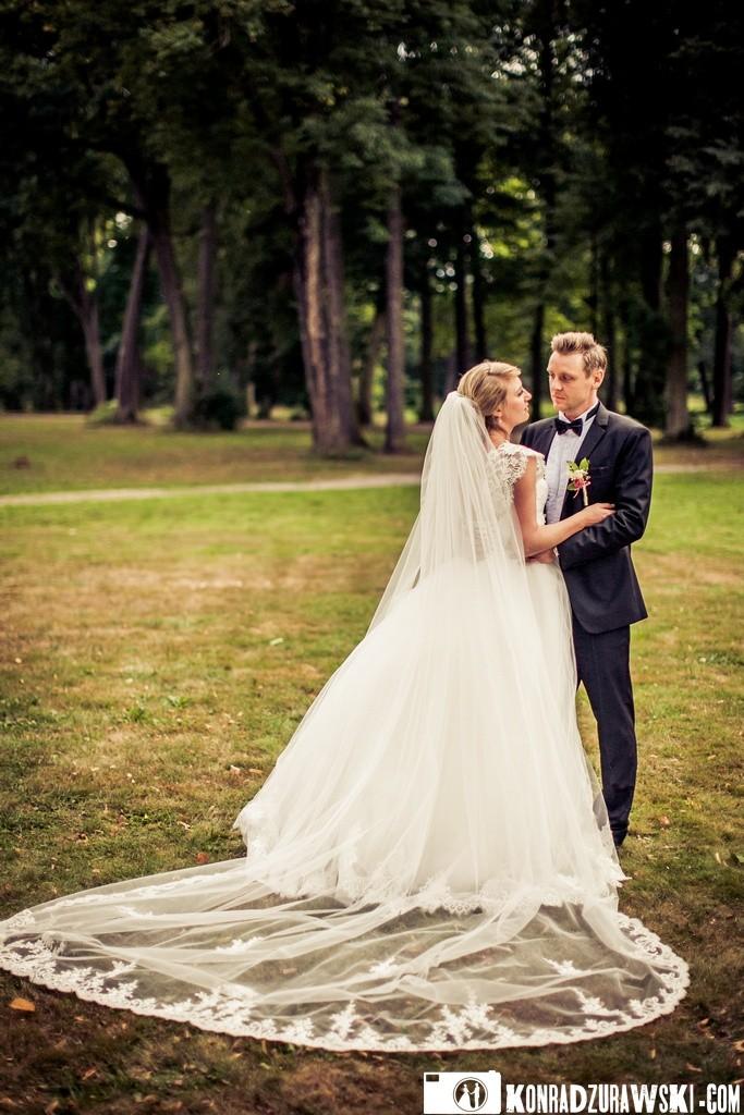 Park wokół Pałacu w Wojanowie także spełnia swoją rolę jako miejsce do plenerowej sesji ślubnej   Konrad Żurawski