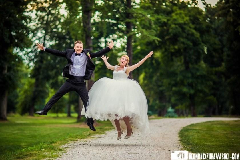 Nie mogło zabraknąć także odrobiny rozrywki podczas plenerowej sesji ślubnej   Fotograf Konrad Żurawski