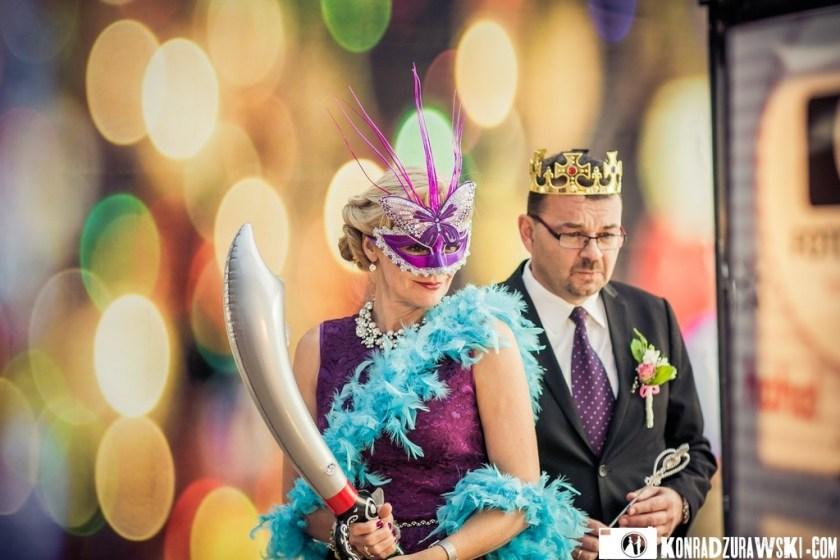 Maski i inne dekoracje robiły furorę wśród Gości weselnych   Ślub Jessi i Alex - zdjęcia Konrad Żurawski
