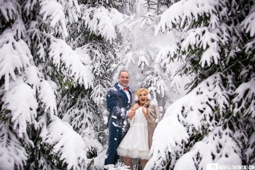 Zimowa sesja ślubna w wykonaniu Marty i Grzegorza wśród ośnieżonych drzew   Konrad Żurawski