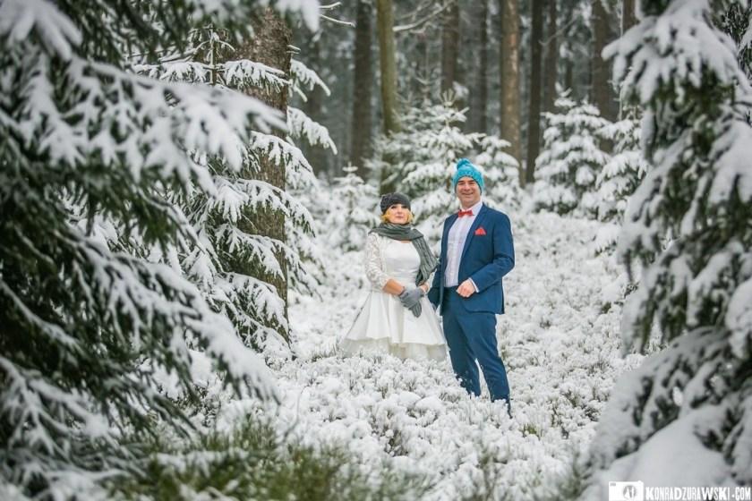 Zrobiło się chłodniej, więc w ruch poszły czapki, rękawiczki i szalik   Zimowa sesja ślubna w wykonaniu Konrada Żurawskiego