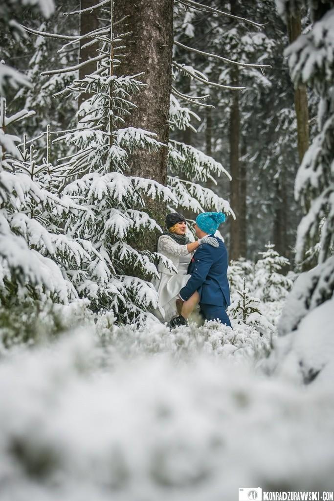 Zakochani i niezwykle odważni, czyli Marta i Grzesiek w czasie zimowej sesji w plenerze. A za obiektywem Konrad Żurawski