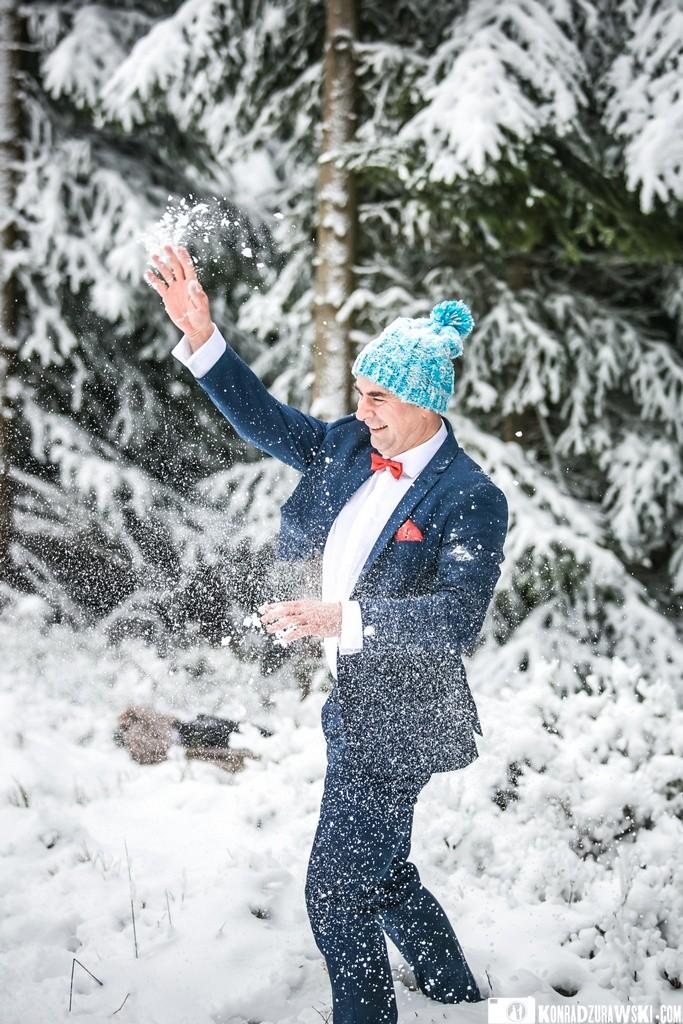 Zimowym zabawom nie było końca - Grzesiek podczas ślubnej sesji w plenerze   Konrad Żurawski