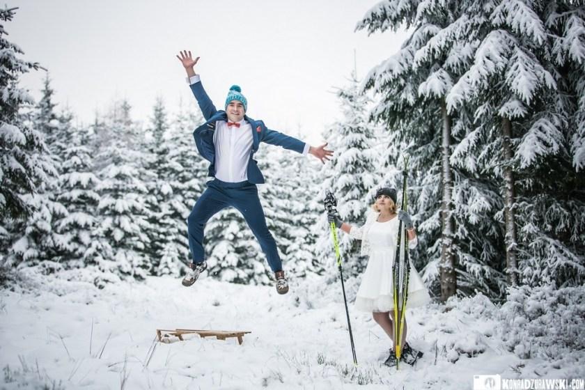 Sanki czy biegówki? Co wybrać? Zimowe zdjęcia ślubne w wykonaniu Konrada Żurawskiego