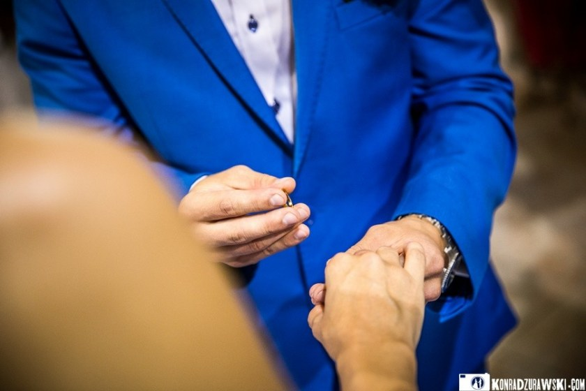 Jeden z ważniejszych momentów podczas całej ceremonii czyli nakładanie obrączek ślubnych   Konrad Żurawski