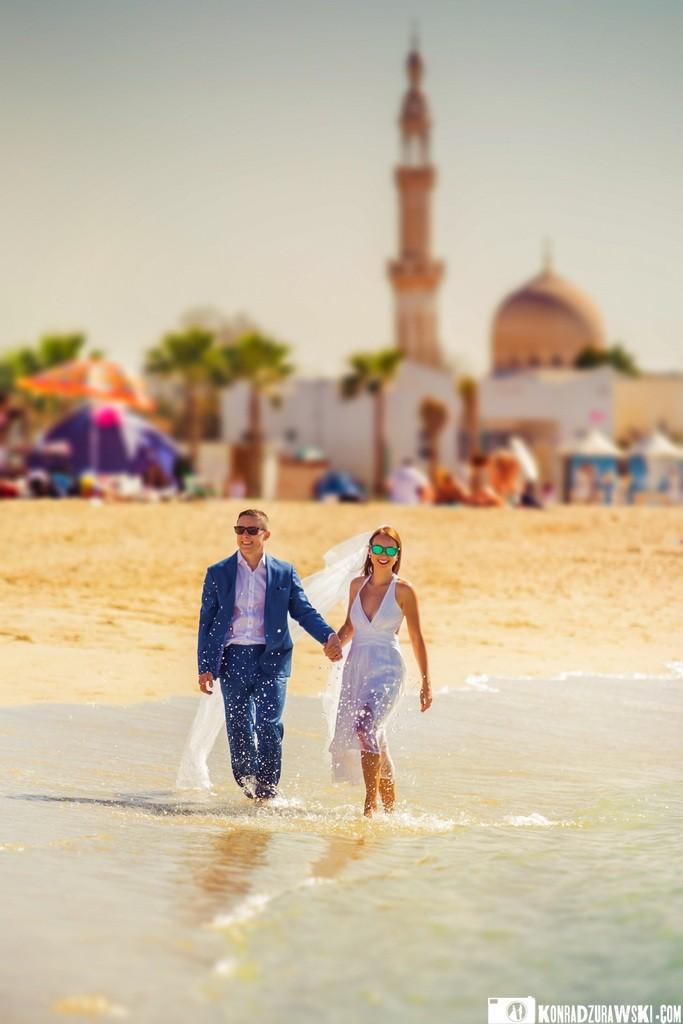 Niesamowite widoki na plaży w Dubaju - w tle meczet   sesja ślubna w Dubaju - Konrad Żurawski