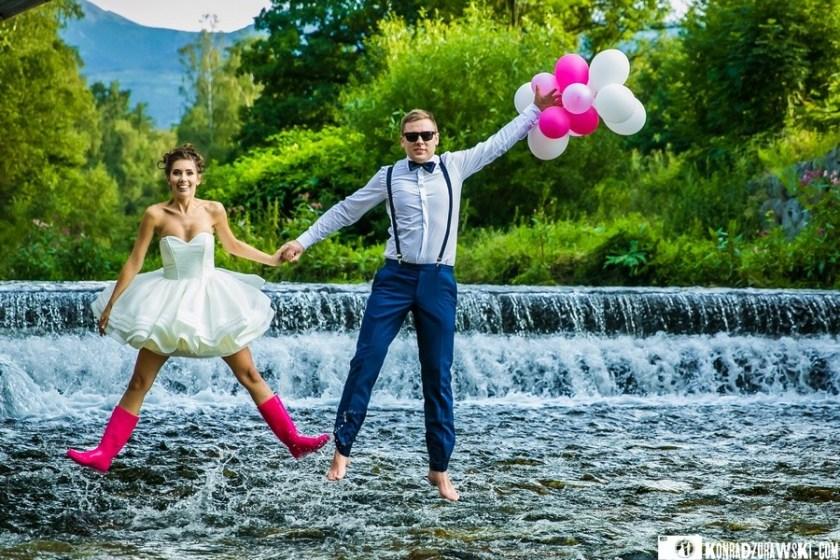 Odrobina wody, gdy upał doskwiera - sesja ślubna nad wodospadem   Konrad Żurawski