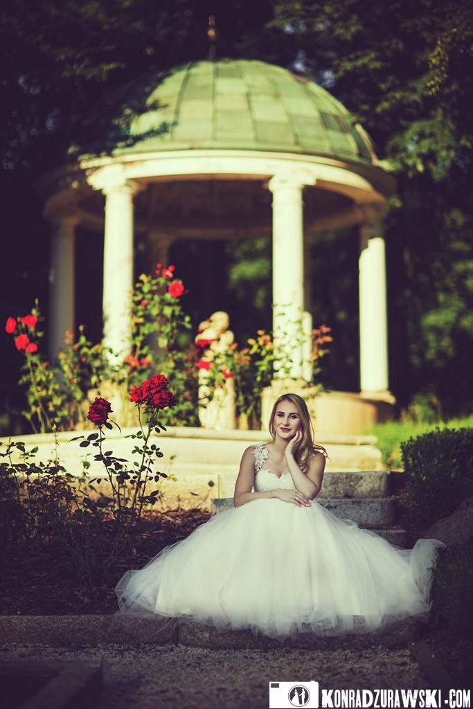 Wyjątkowe dekoracje w ogrodzie oraz kwiaty stanowiły tło do ślubnych zdjęć | Konrad Żurawski