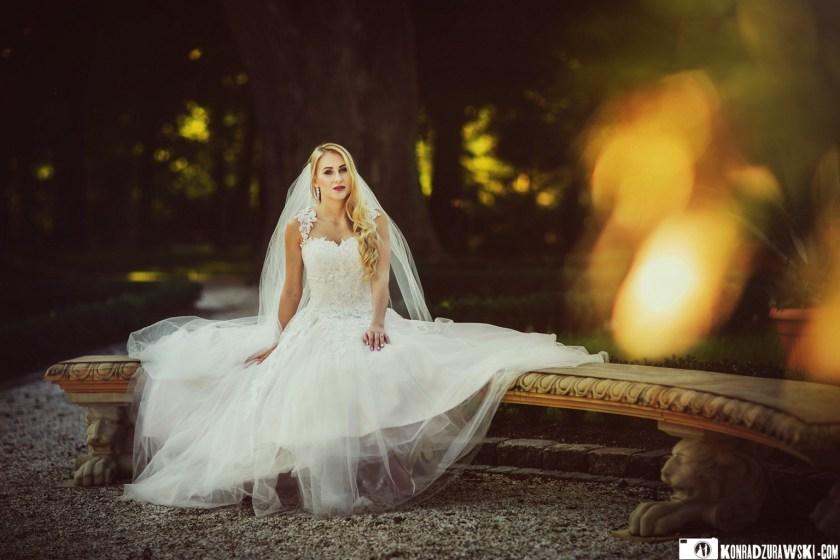 Magda podczas ślubnej sesji zdjęciowej w ogrodzie Pałacu w Ciechanowicach | Fotograf ślubny Konrad Żurawski