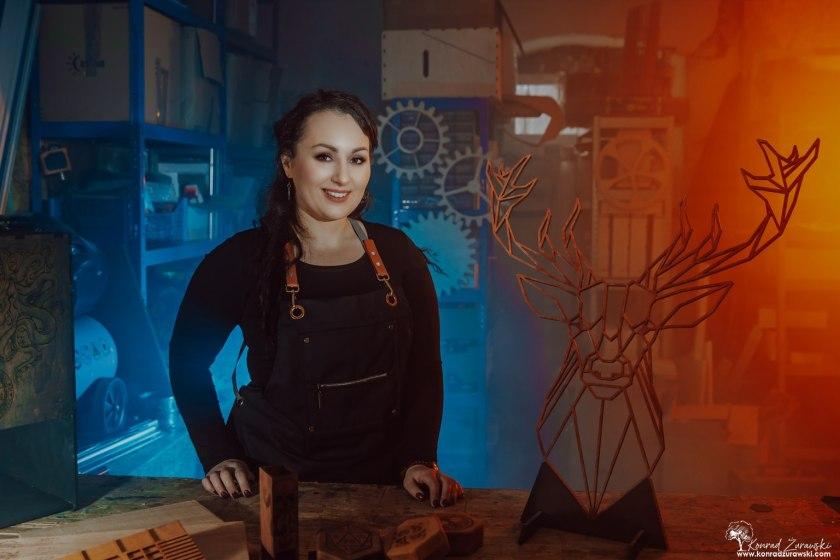 Magdalena - wykonawca produktów ciętych laserem, projektant grafiki na grawer - sesje biznesowe Jelenia Góra | Konrad Żurawski