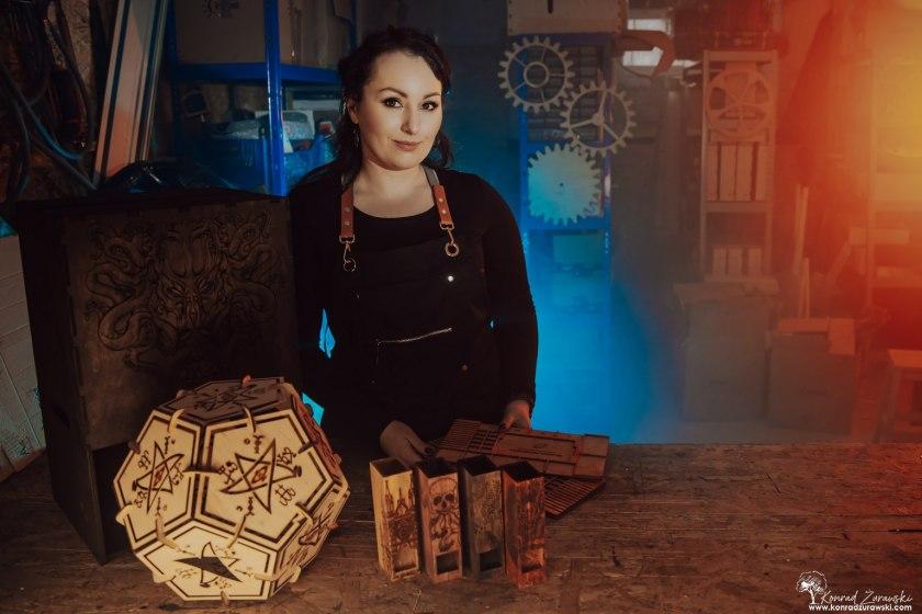 W czasie pracy Magdaleny powstają takie cuda z drewna - sesje biznesowe Jelenia Góra | Konrad Żurawski
