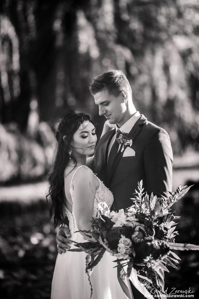 Fotografia ślubna Jelenia Góra - czarno-białe zdjęcie Dominiki i Emila podczas sesji.