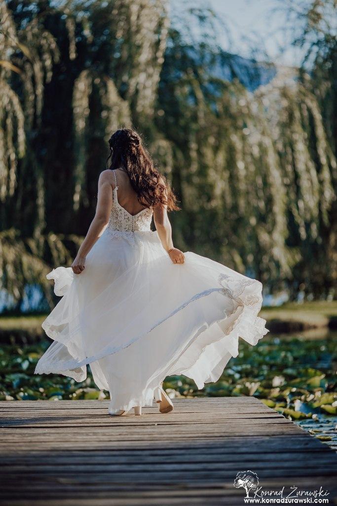 Dominika podczas swojej ślubnej sesji realizowanej w górach - fotografia ślubna Jelenia Góra