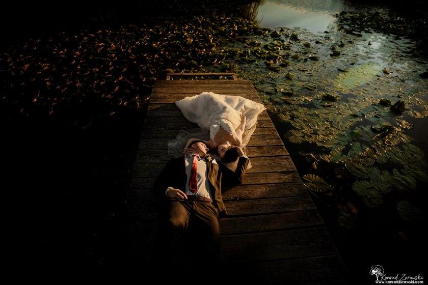 Dominika i Emil podczas sesji ślubnej. Ujęcie na pomoście w czasie zachodu słońca - fotografia ślubna Jelenia Góra