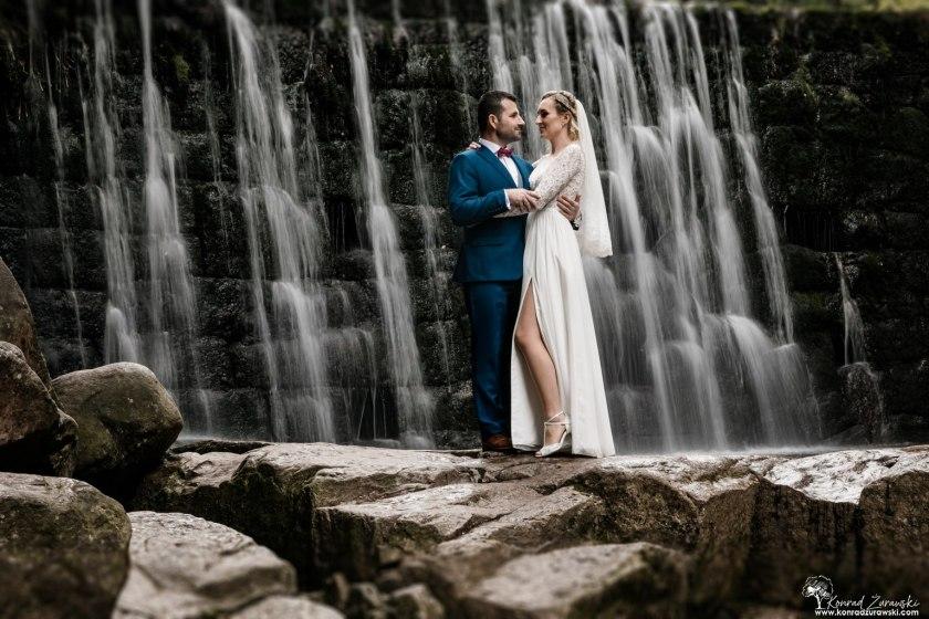 Malownicze miejsce w Karkonoszach - Dziki Wodospad oferuje takie widoki podczas ślubnej sesji w plenerze | Konrad Żurawski