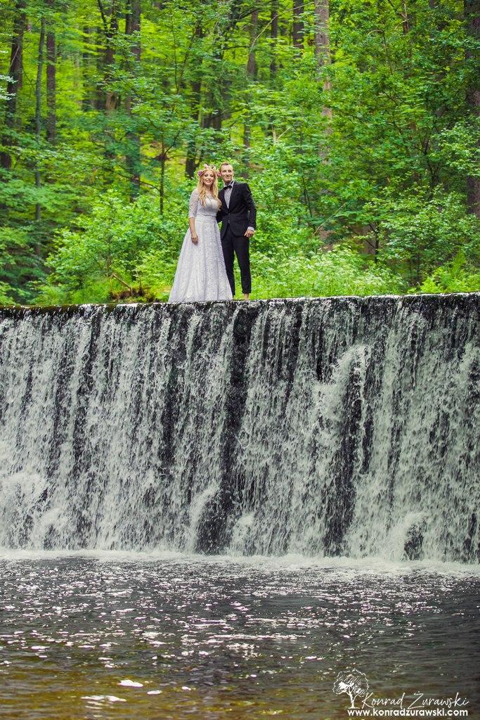 Ślubna sesja z wodospadem w tle? Sprawdź Wodospad Kropelka w Piechowicach wspólnie z fotografem Konradem Żurawskim