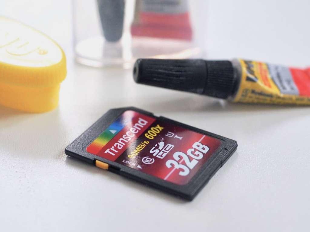 """Festkleben der sich-ständig-lösenden-SDHC-Card-""""Lock-Nubsies""""   Foto: konsensor.de"""
