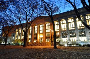 800px-Harvard_Law_School_Library_in_Langdell_Hall_at_night