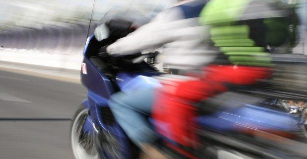 perempuan naik motor laki