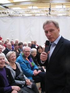 TV-lægen Peter Qvortrup Geisling havde forsamlingen i sin hule hand.