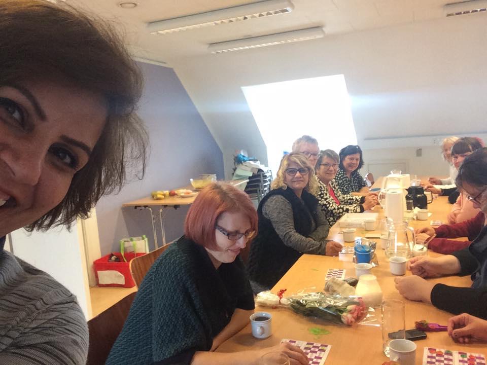 Regnbuecaféen for kvinder, hos Narges
