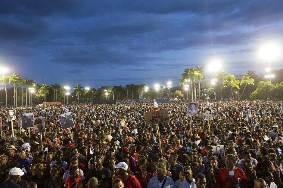 HAB01 SANTIAGO DE CUBA (CUBA) 03/12/16.- Miles de personas se congregan en la Plaza de a Revolución Antonio Maceo hoy, 3 de diciembre de 2016, en la ciudad de Santiago de Cuba, para el acto en homenaje del fallecido líder cubano Fidel Castro, cuyos restos mortales serán sepultados mañana, en ceremonia familiar, en el cementerio Santa Ifigenia, de esta ciudad. EFE/Orlando Barría