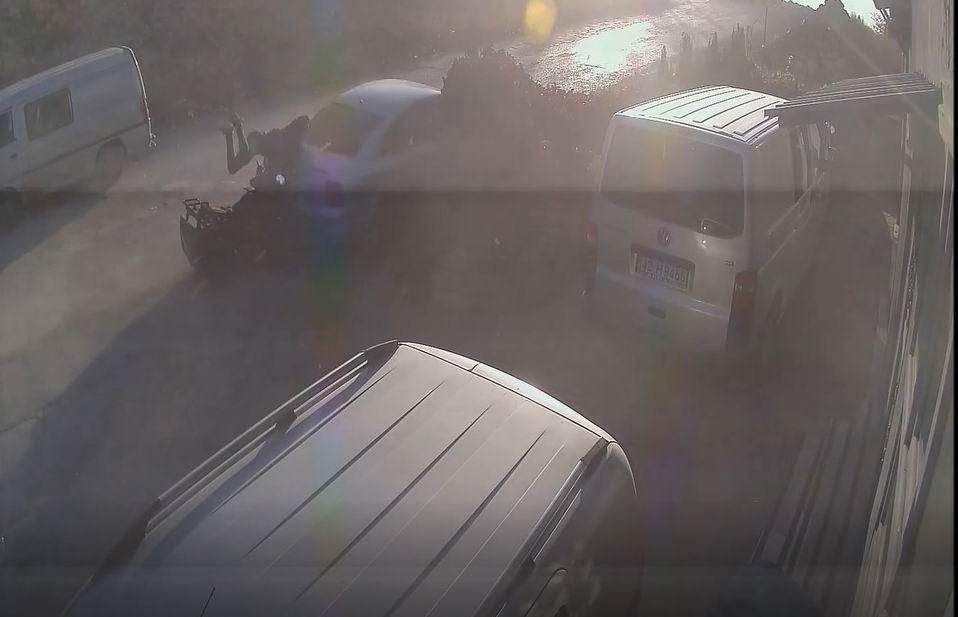 ATV'nin park halindeki otomobile çarpma anı kamerada