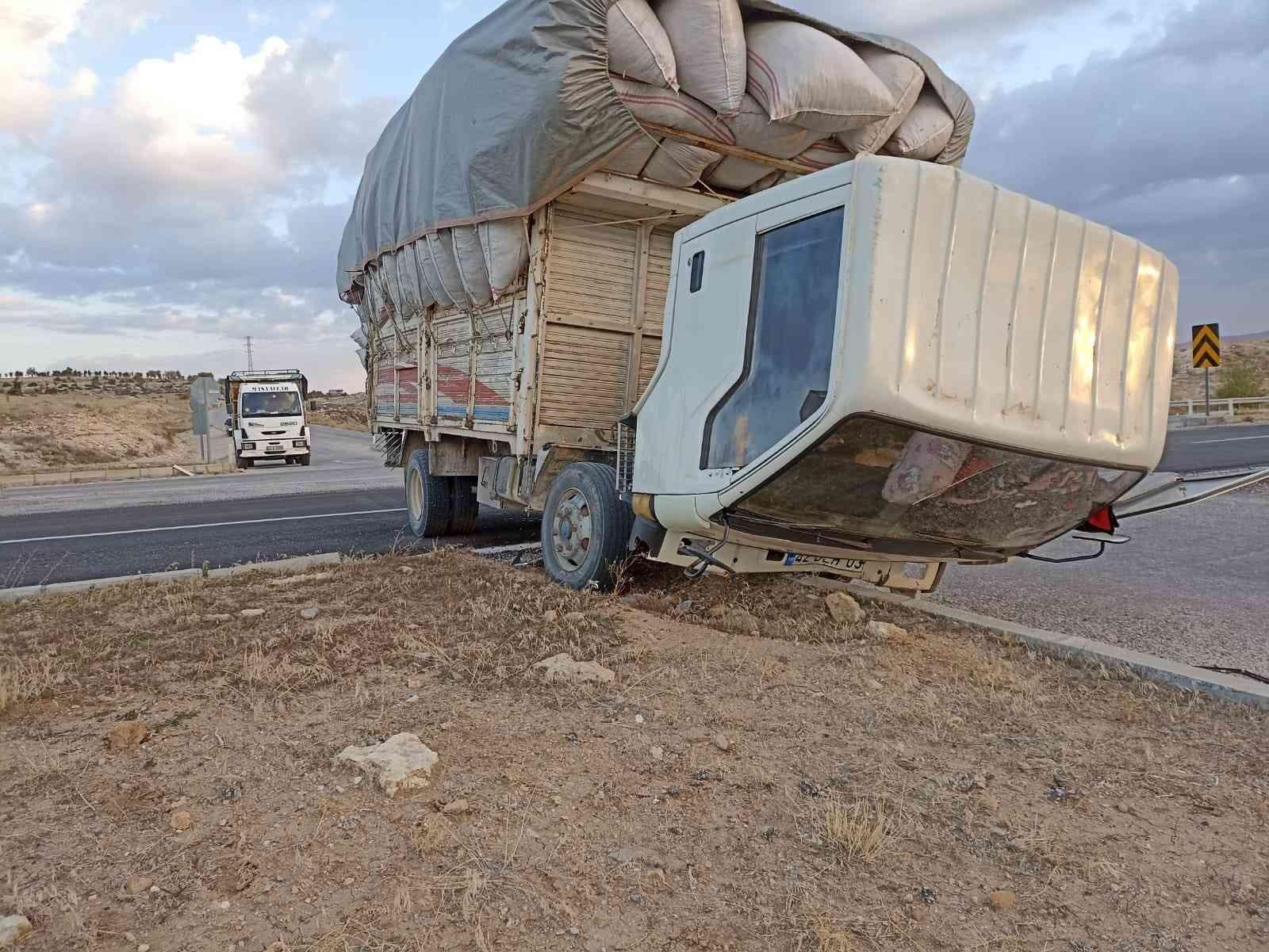 Konya'da refüje çarpan kamyon sürücüsü hayatını kaybetti