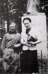 Élettársával, Sartre-al Balzac szobra előtt; forrás: wikipedia