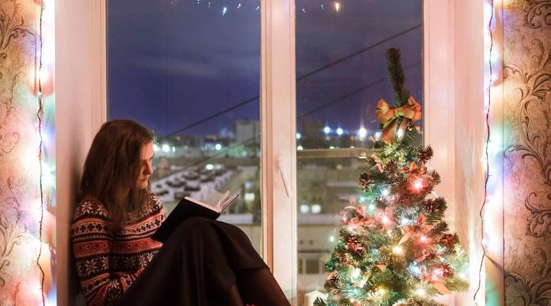 Lány olvas az ablakban
