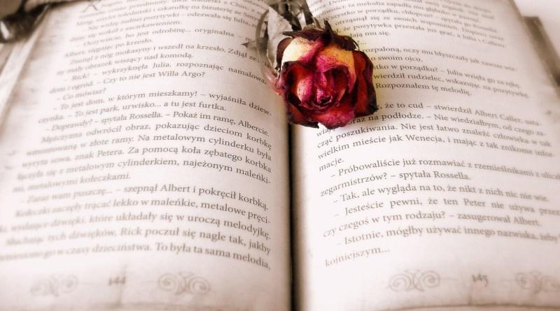 könyv rózsával