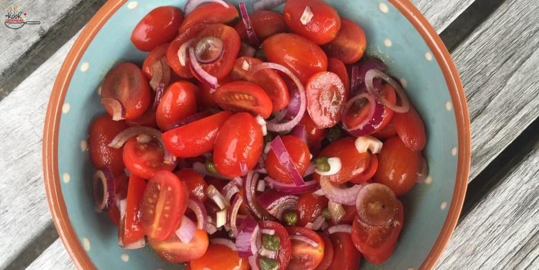 salade van tomaat en kappertjes