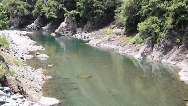 青野原オートキャンプ場の綺麗な川