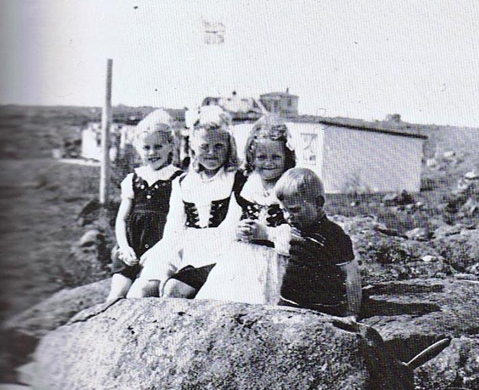 Kópavogsbörn að leik í lítt numdu landi. Heimild: Saga Kópavogs. Ritstj, Árni Waag. Lionsklúbbur Kópavogs. 1990.