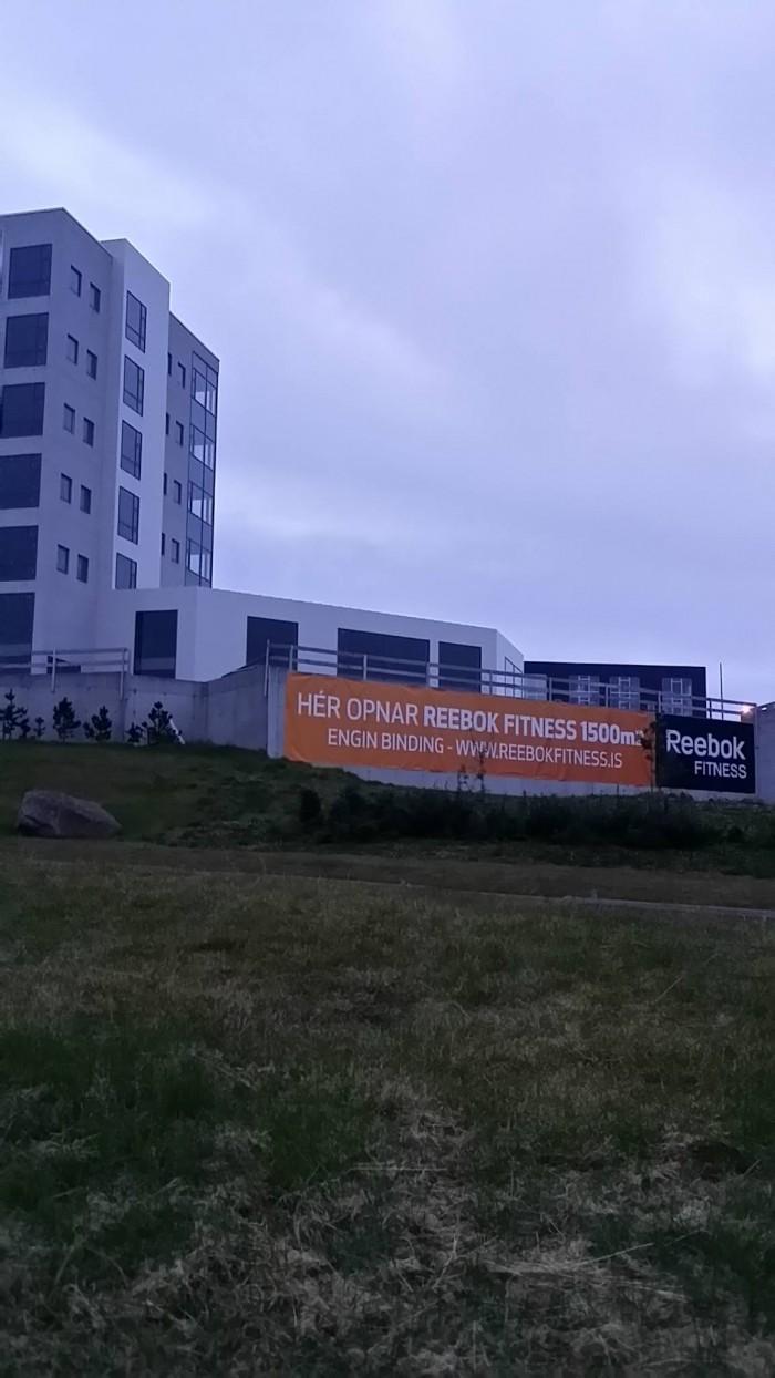 Auglýsingaborði frá Rebokk fitness við Urðahvarf.