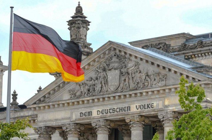 dpa108500704_bundestag_reichstag_dem_deutschen_volke_fahne
