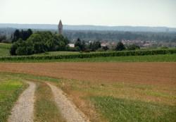 Aussichtsreich über eine Hügelkrone Richtung Altkissing, dass vor dem Lechfeld und der Hangkante des Naturpark Westliche an einer Geländekante liegt
