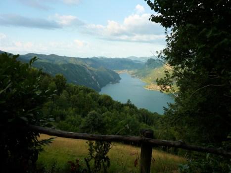 Schöne Aussicht auf den Idrosse unterhalb des Monte Calva