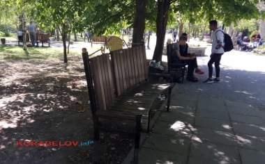 """парк """"Белая акация"""" в окурках"""